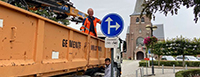 werknemers plaatsen nieuwe signalisatie